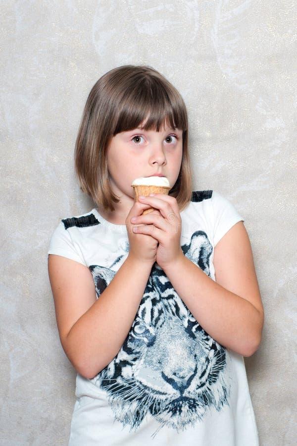 La ragazza mangia il gelato immagine stock