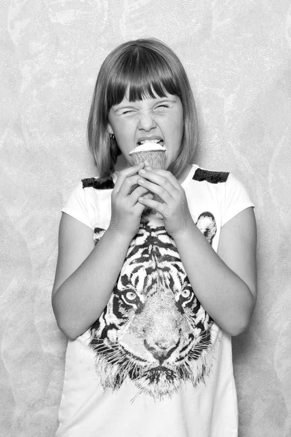 La ragazza mangia il gelato immagine stock libera da diritti