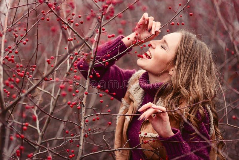 La ragazza mangia le piccole mele dall'albero immagine stock
