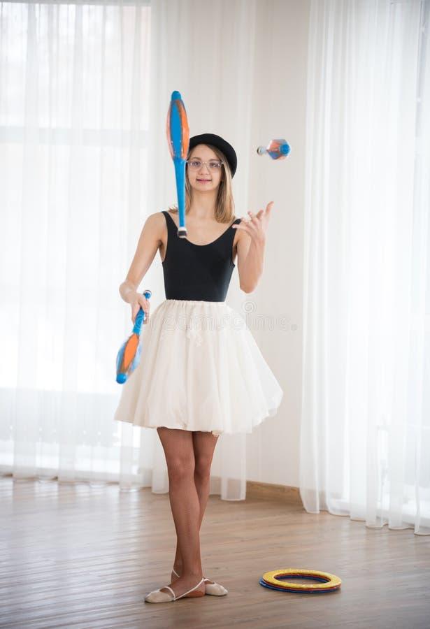La ragazza manipola con i perni nello studio fotografia stock libera da diritti