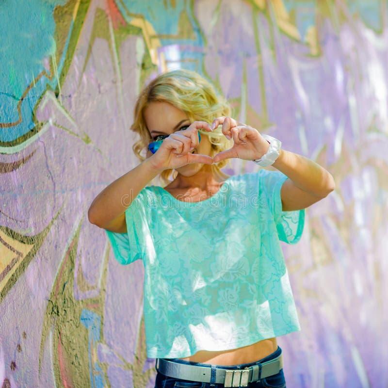 La ragazza mostra il cuore immagini stock libere da diritti