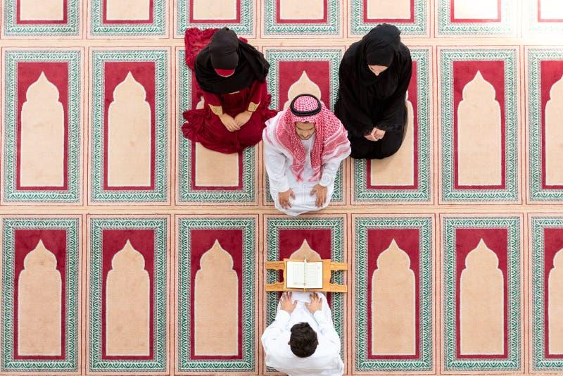 La ragazza musulmana e l'uomo sposano dalle tradizioni musulmane fotografie stock libere da diritti