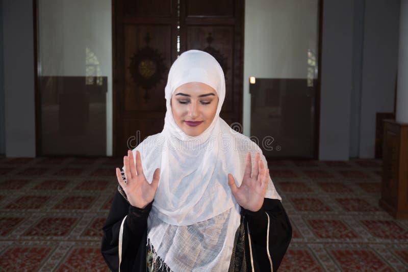 La ragazza musulmana prega in moschea immagini stock