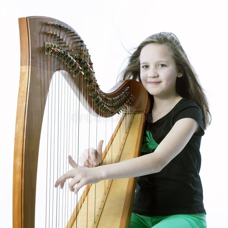 La ragazza nei giochi verdi dei pantaloni si batte in studio immagine stock libera da diritti