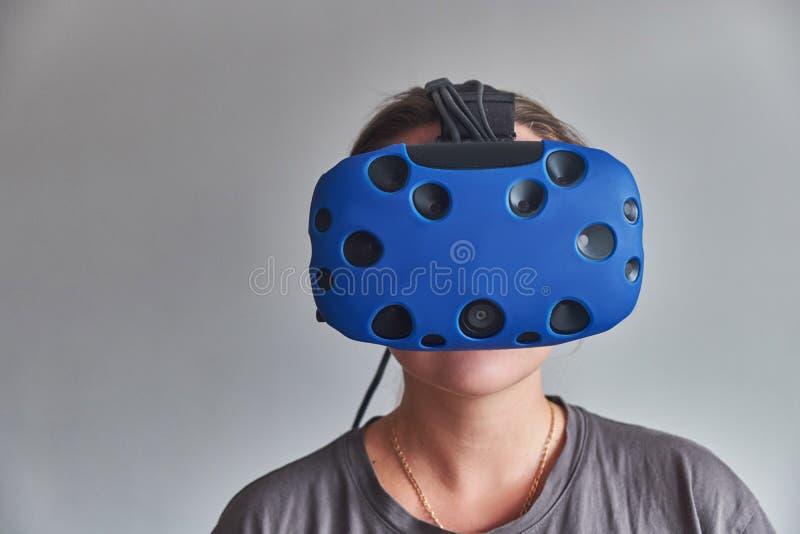 La ragazza nei vetri di realt? virtuale fotografie stock libere da diritti