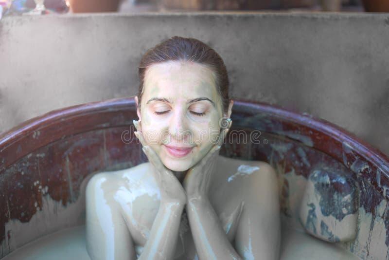 La ragazza nel bagno di fango Concetto di rilassamento Nha Trang, Vietnam fotografia stock libera da diritti