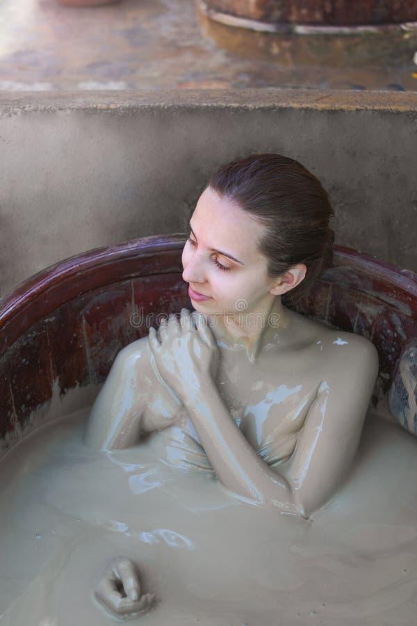 La ragazza nel bagno di fango Concetto di rilassamento Nha Trang, Vietnam immagine stock libera da diritti