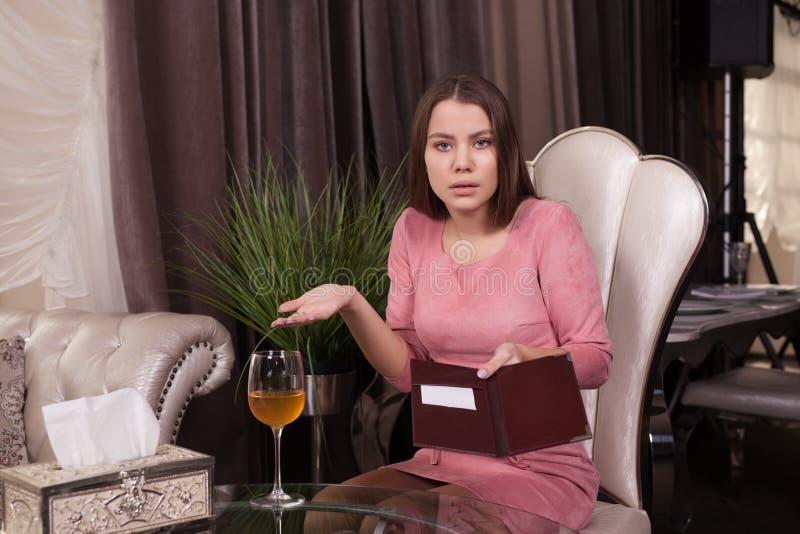 La ragazza nel caffè immagine stock libera da diritti
