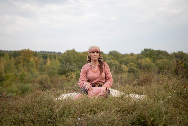 La ragazza nel costume storico dello slavo di Viking Age immagini stock libere da diritti