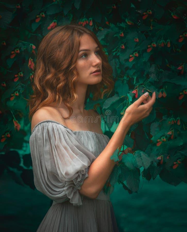 La ragazza nel giardino di fiaba fotografia stock