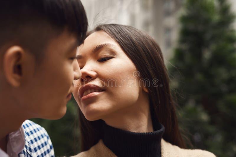 La ragazza nell'amore esamina il tipo immagine stock