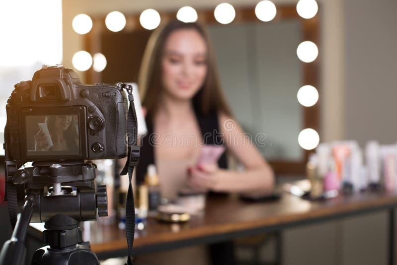 La ragazza ottimista sta filmando l'esame di trucco per il suo vlog fotografie stock libere da diritti