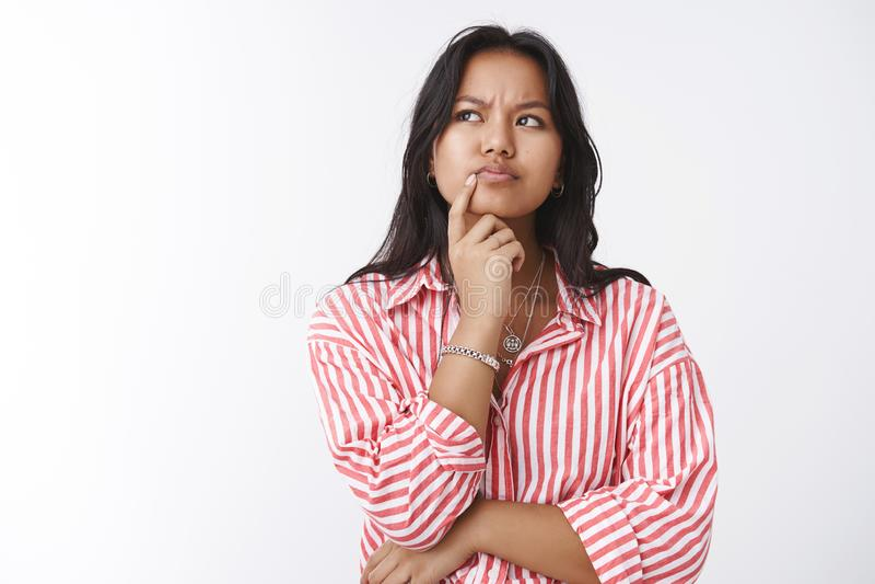 La ragazza pensa profondamente avendo presupposti Ritratto di giovane donna saggia serio di aspetto risoluta premurosa che aggrot fotografia stock