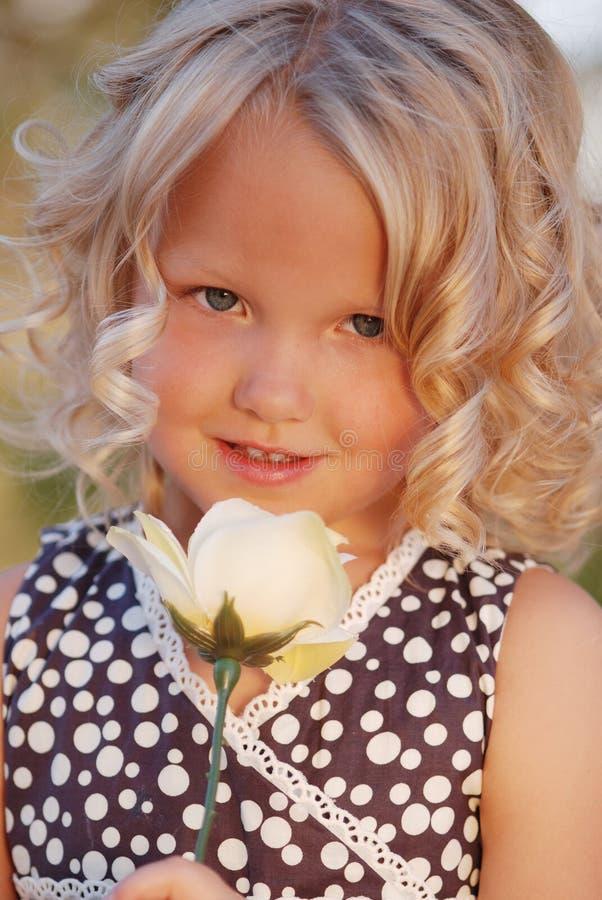 la ragazza piccolo è aumentato fotografia stock libera da diritti