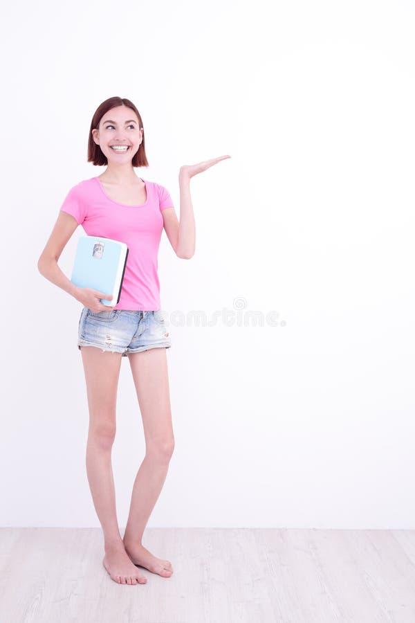 La ragazza prende un peso corporeo immagine stock libera da diritti