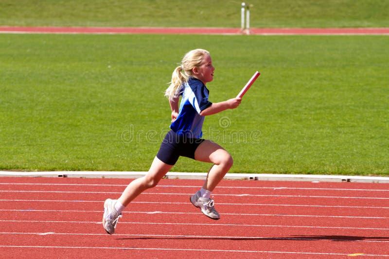 La ragazza in relè mette in mostra la corsa immagini stock