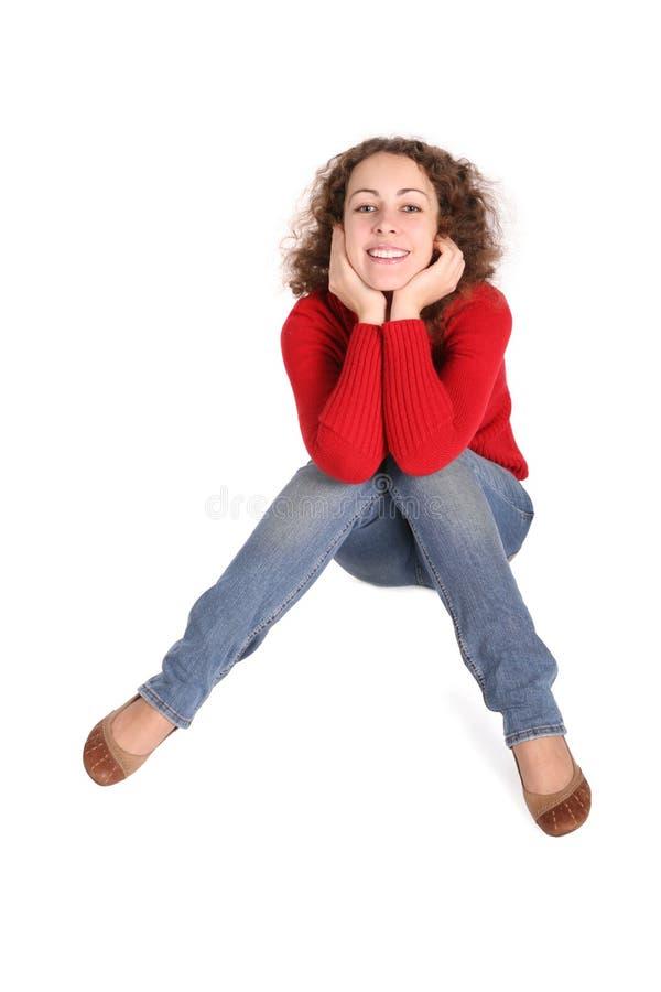 La ragazza riccia felice si siede fotografie stock