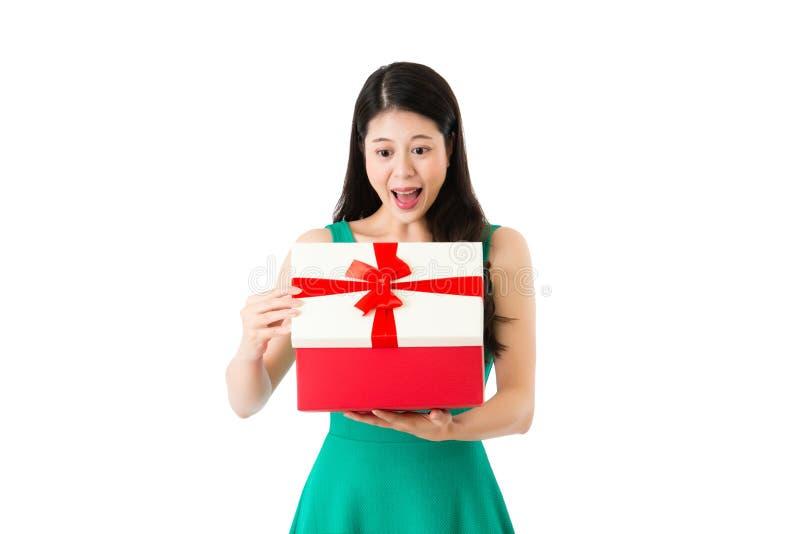 La ragazza riceve il contenitore di regalo dal centro commerciale fotografia stock