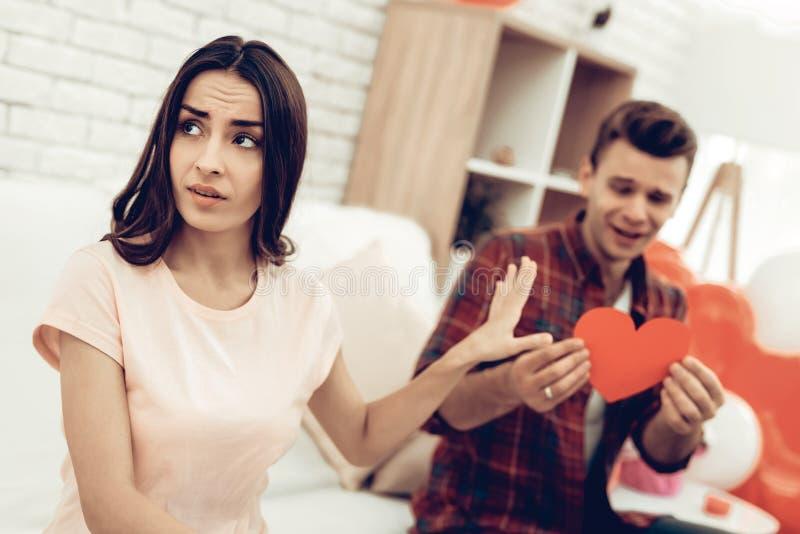 La ragazza rifiuta il ragazzo il giorno del ` s del biglietto di S. Valentino fotografie stock