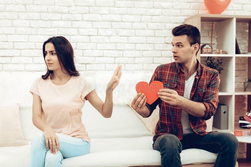 La ragazza rifiuta il ragazzo il giorno del ` s del biglietto di S. Valentino immagine stock libera da diritti
