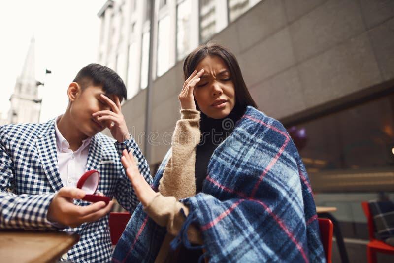 La ragazza rifiuta il ragazzo nella proposta di matrimonio fotografia stock libera da diritti