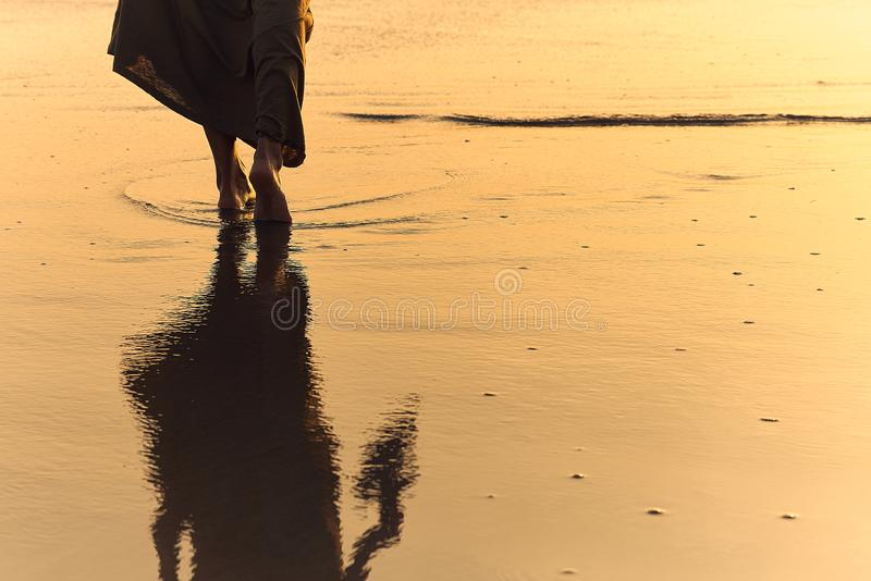 La Ragazza Romantica Cammina A Piedi Nudi Sulla Spiaggia ...