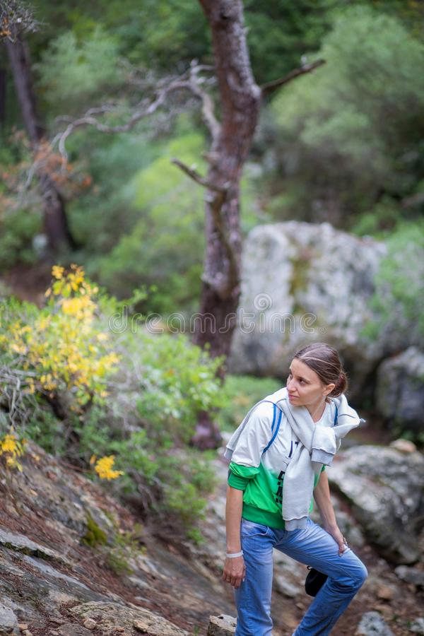 La ragazza scala le montagne, ha smesso di avere un'ascensione turistica di resto su una pista in Turchia immagini stock