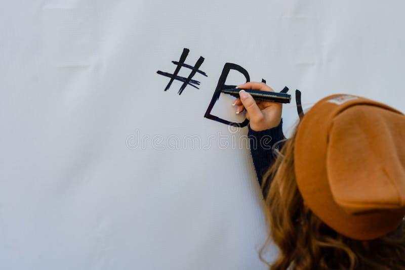 La ragazza scrive l'indicatore sulla parete fotografia stock libera da diritti