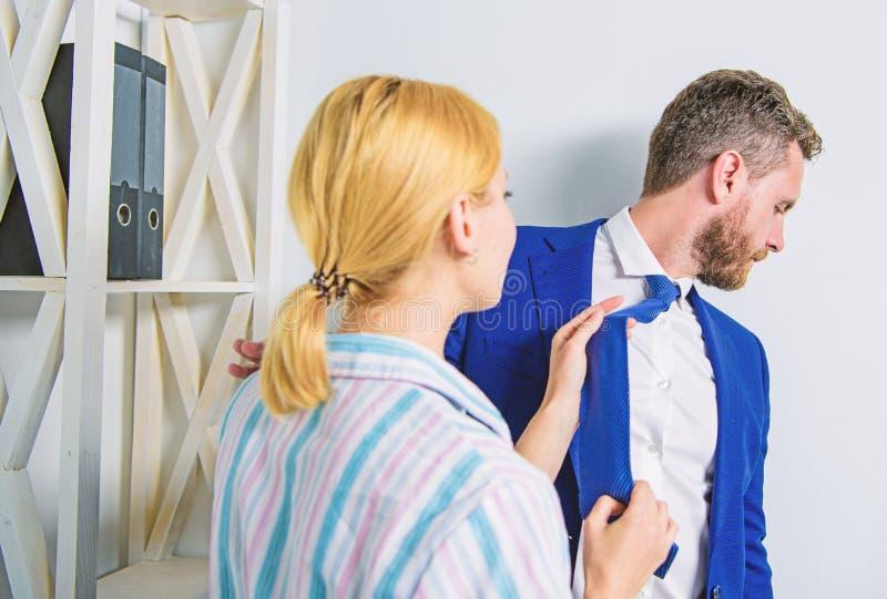 La ragazza seduce il collega Molestia sessuale nel luogo di lavoro Molestia sessuale della mano d'opera Provi a sedurre direttore immagine stock libera da diritti