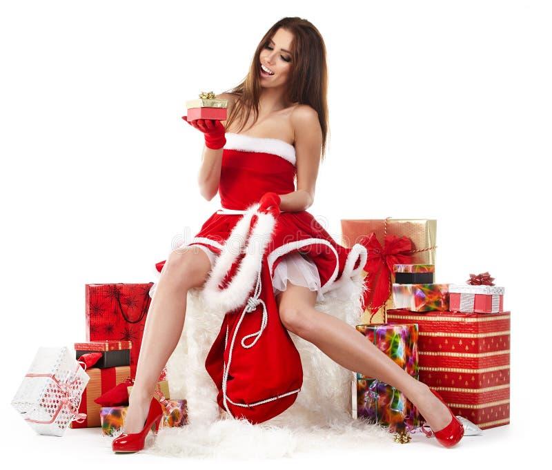la ragazza sexy che indossa il Babbo Natale copre con natale g fotografia stock libera da diritti