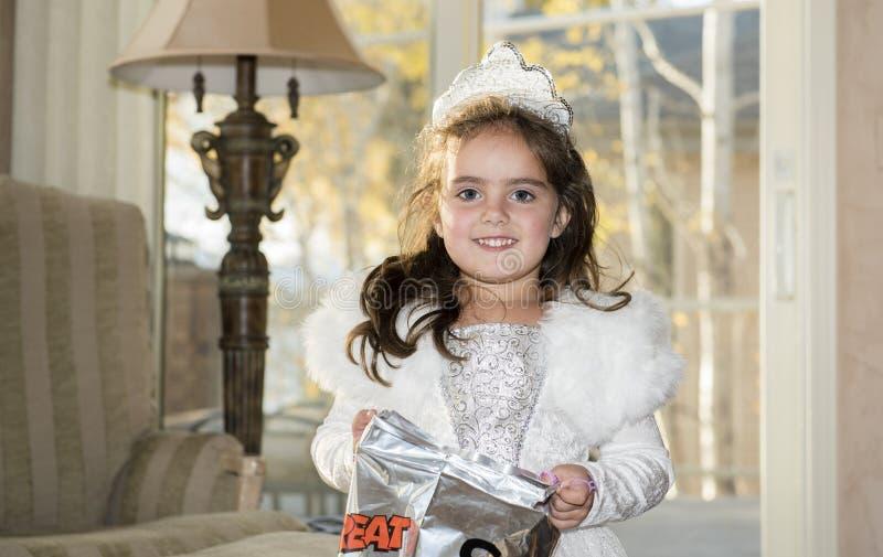 La ragazza si è agghindata come principessa Holding una borsa di scherzetto o dolcetto fotografie stock