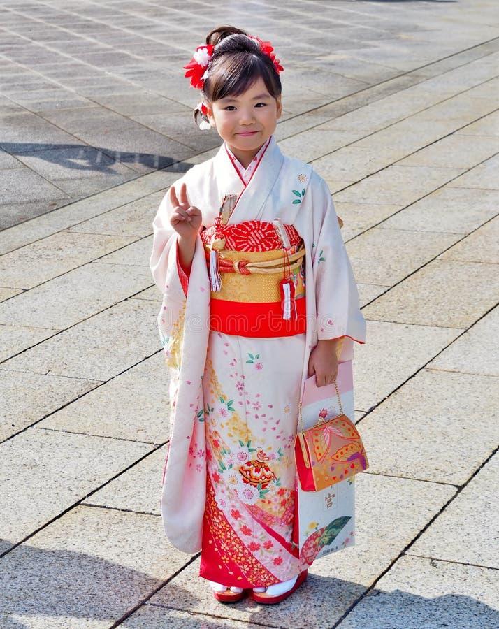 La ragazza si è vestita in vestito tradizionale chiamato Kimono fotografia stock