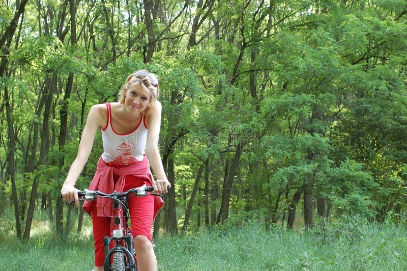 La ragazza si distende biking immagini stock