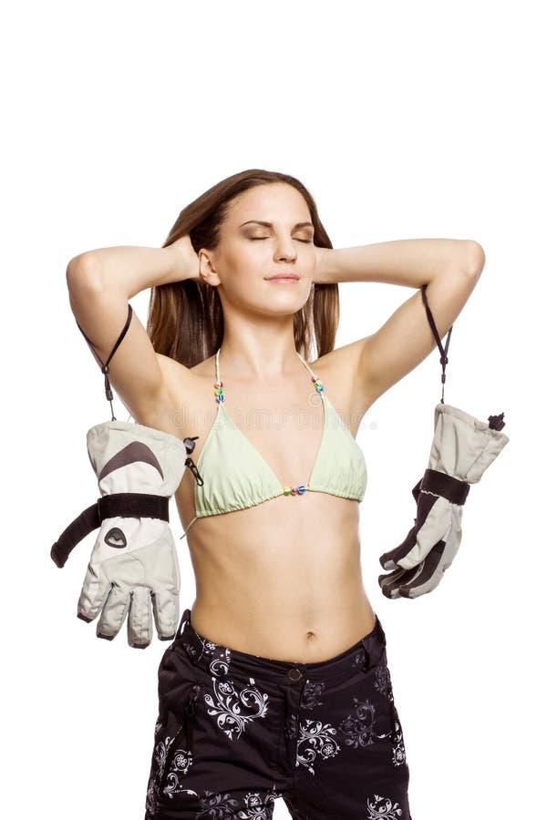 La ragazza si distende in bikini ed abiti sportivi dello snowboard fotografie stock