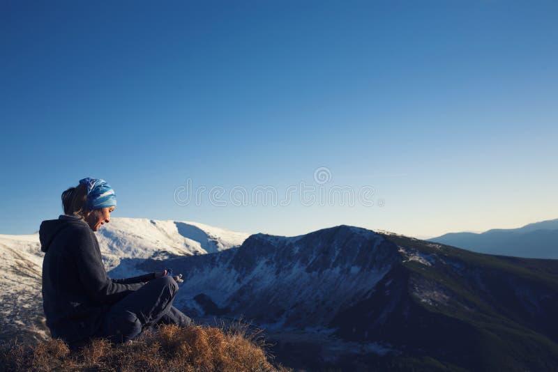 La ragazza si rilassa nelle montagne fotografia stock