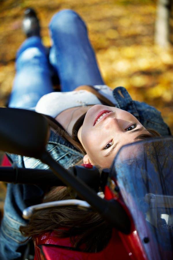 La ragazza si trova su un motociclo alla moda immagine stock libera da diritti