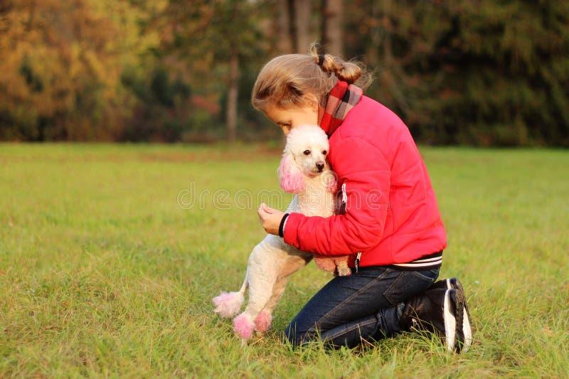 La ragazza si trova sull'erba verde nel parco immagini stock