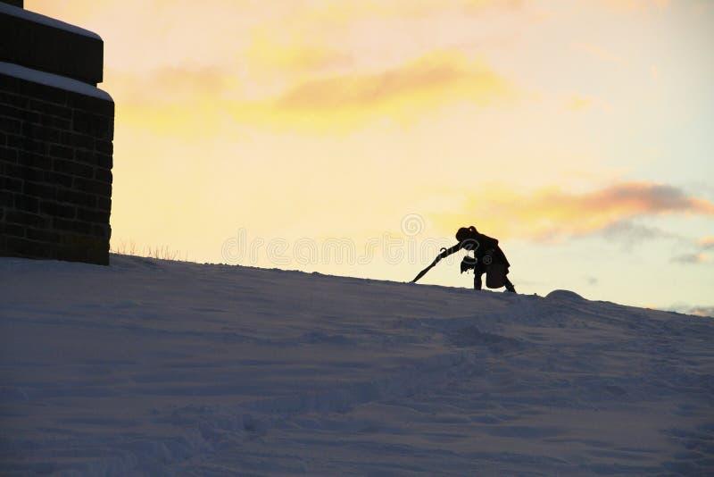 La ragazza in siluetta assorbe la neve fotografie stock