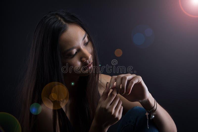La ragazza sola del cuore rotto può gridare, fumare la nebbia su fondo scuro immagine stock