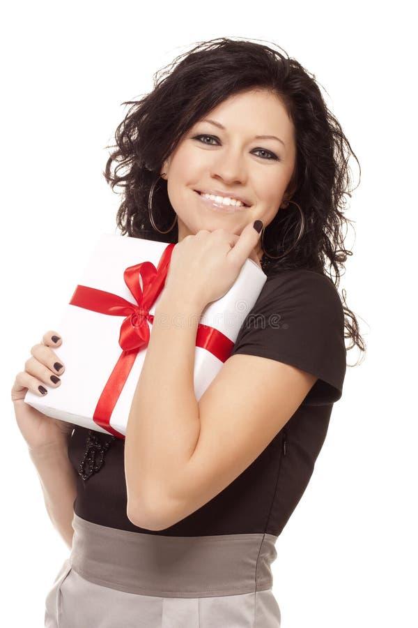 La ragazza sorridente tiene un regalo immagini stock libere da diritti
