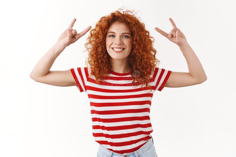 La ragazza splendida riccio-dai capelli della testarossa uscente allegra felice che si diverte il partito impressionante gode del fotografia stock
