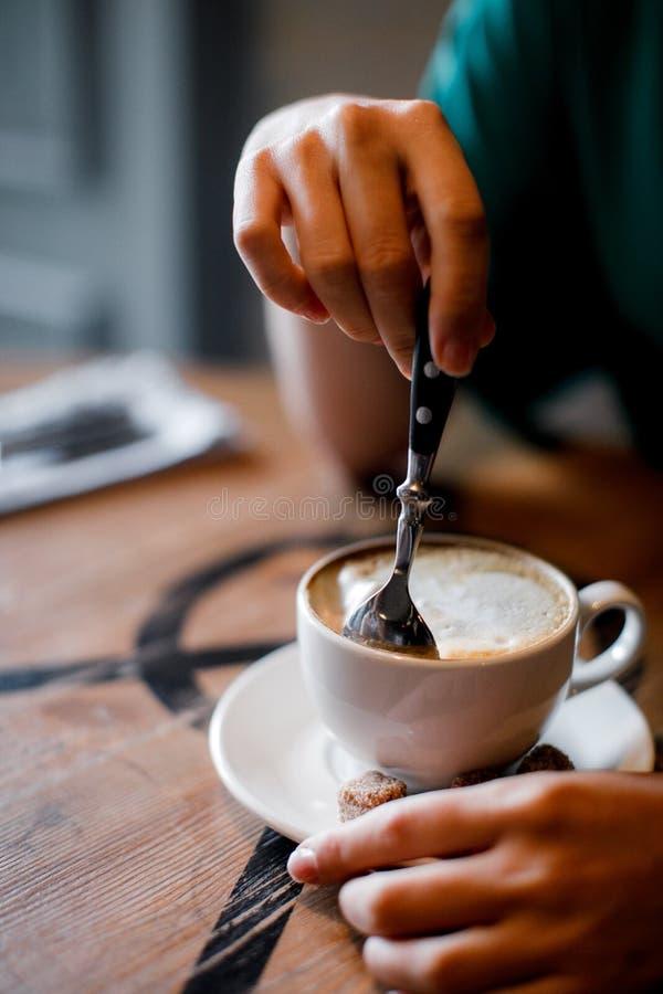 La ragazza sta aspettando un cappuccino delle bevande e di riunione immagini stock libere da diritti