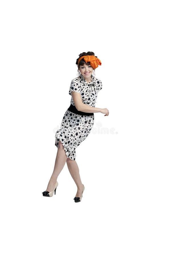 La ragazza sta ballando nello studio immagini stock