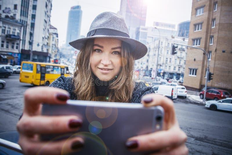 La ragazza sta camminando in cappello di feltro, il giorno della nuvola, all'aperto fotografia stock libera da diritti