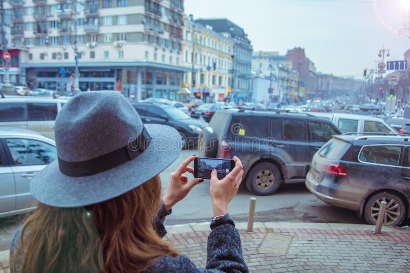 La ragazza sta camminando in cappello di feltro, il giorno della nuvola, all'aperto fotografie stock