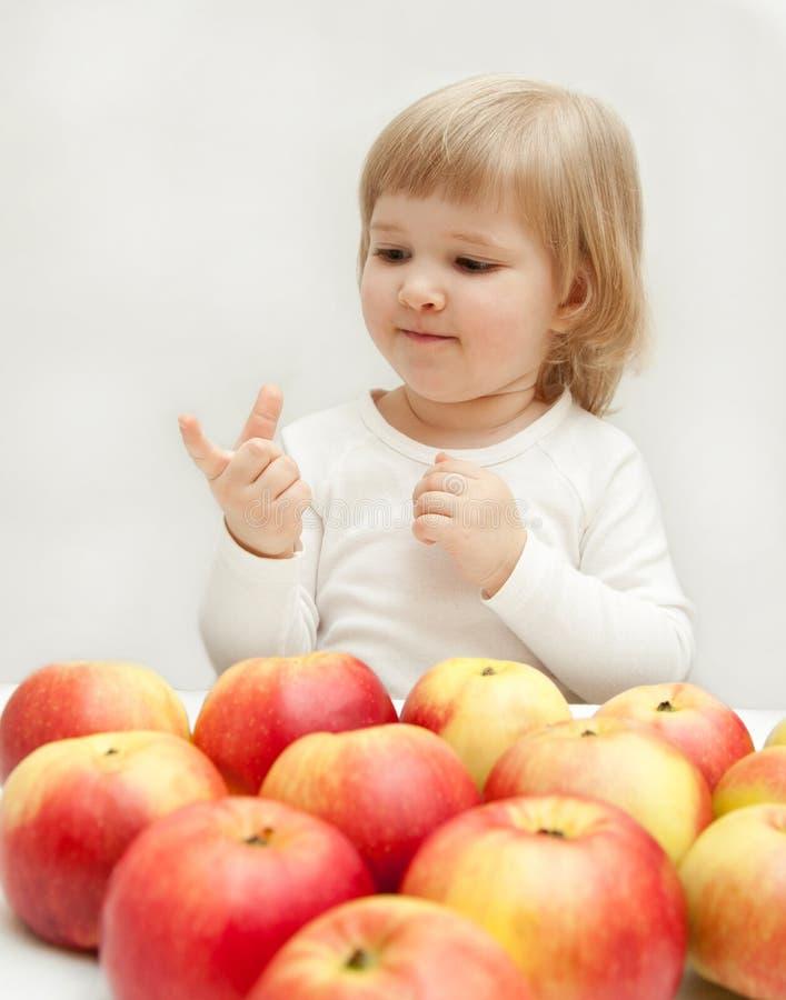 La ragazza sta contando le mele. fotografia stock