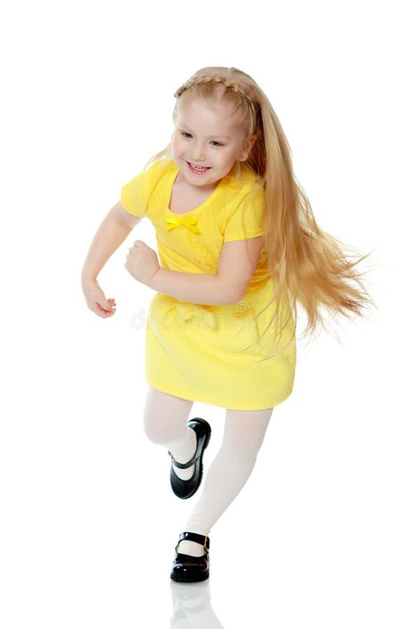 La ragazza sta correndo da qualche parte fotografia stock libera da diritti