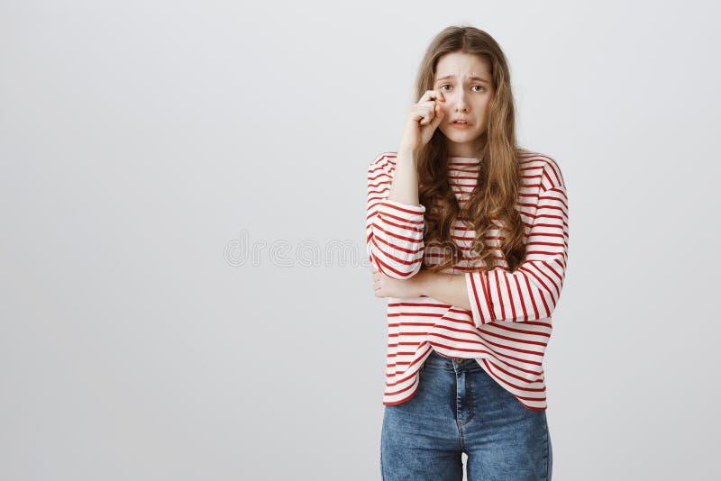 La ragazza sta gridando dopo avere rimproverato Ritratto dell'adolescente grazioso aggrottante le sopracciglia di ribaltamento ch fotografia stock libera da diritti
