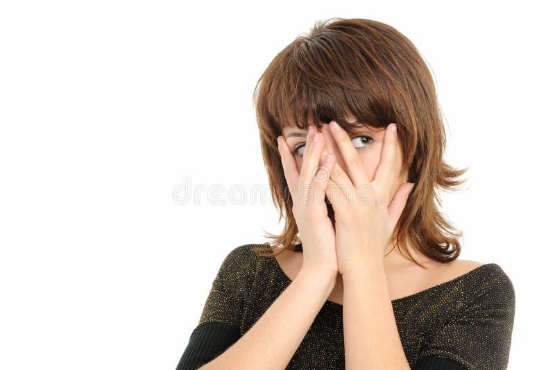 La ragazza sta guardando tramite le sue barrette fotografia stock libera da diritti