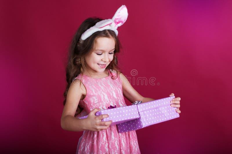 La ragazza sta indossando le orecchie rosa del coniglietto e del vestito con fotografia stock libera da diritti